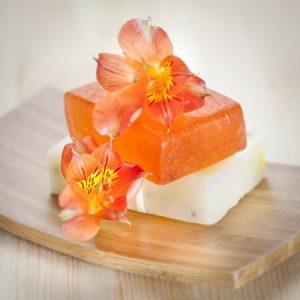 Насладете се на перфектната баня с този чудесен домашен сапун с невен