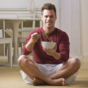 Защо е най-полезно да се храним седнали на пода?