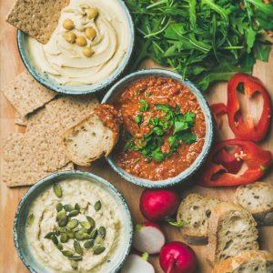 Разядка от боб, орехов тахан и сушени домати