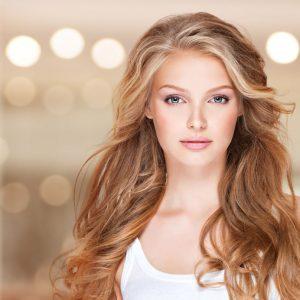 Как да се справим с мазната коса по естествен начин